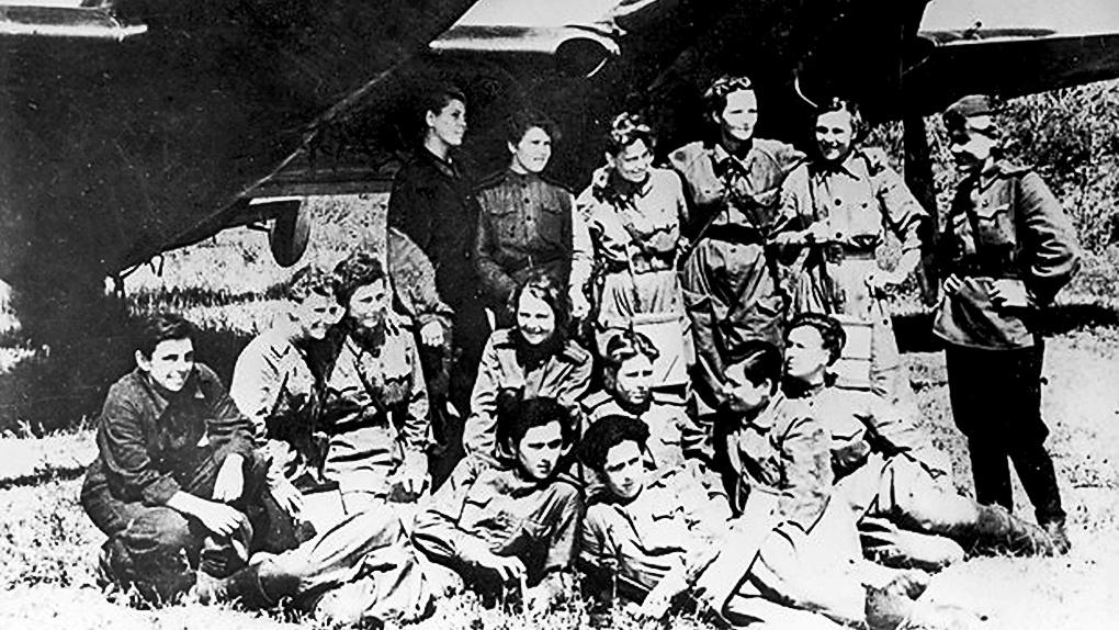Женский экипаж Пе-2 из состава 587-го БАП.