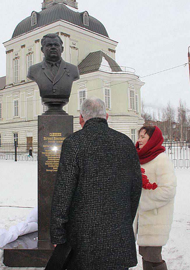 Генеральный директор АО Туламашзавод Евгений Дронов на открытии памятника Евгению Николаевичу Сабинину