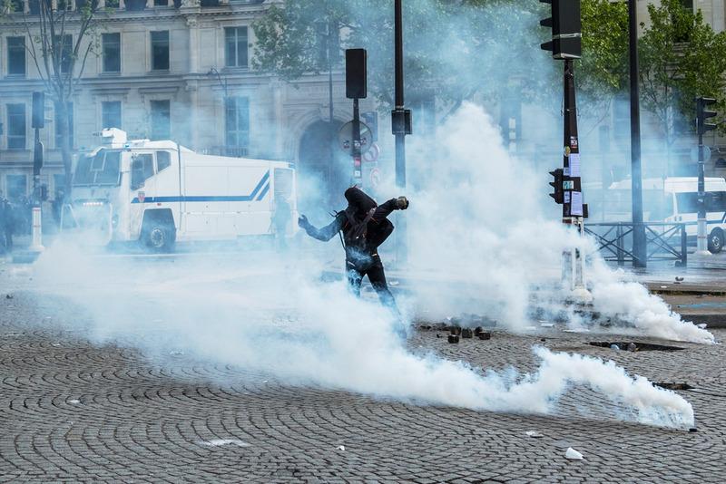 Участник беспорядков, возникших во время первомайской демонстрации в Париже.