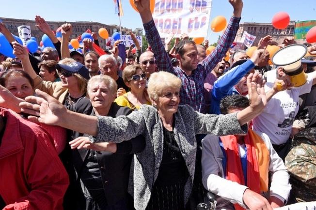 Участники митинга сторонников лидера оппозиции в Армении Никола Пашиняна на площади Республики в Ереване.