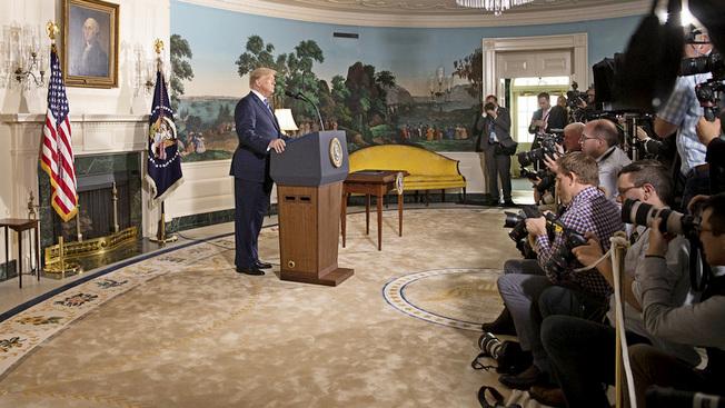Дональд Трамп сообщает о выходе из ядерной сделки с Ираном.