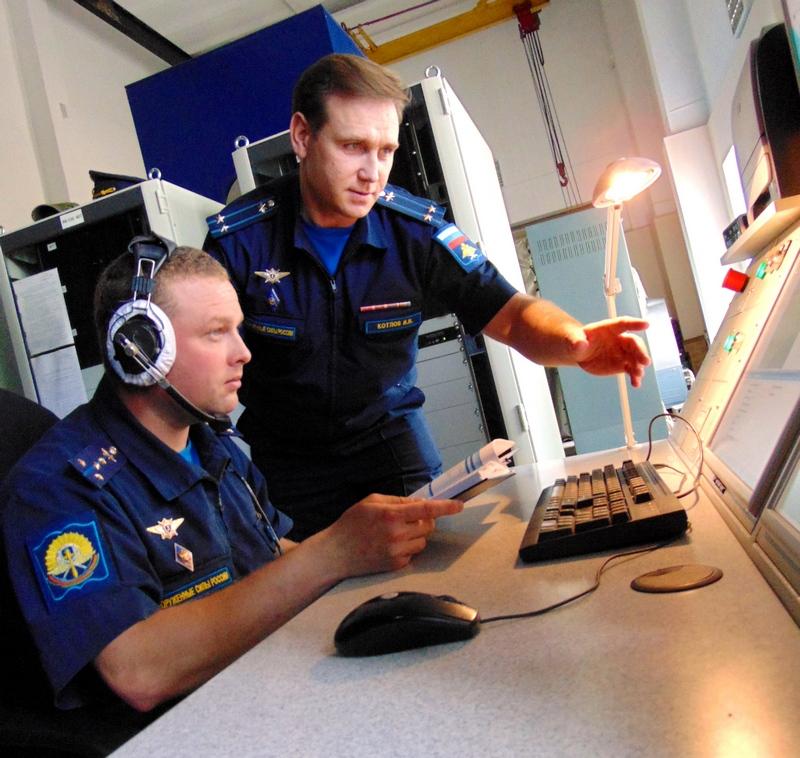 На пульте управления тренажёром капитан С.Карауш (слева) и подполковник И.Котлов