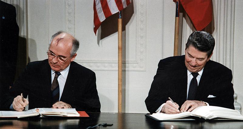 Подписание Договора между СССР и США о ликвидации ракет средней и меньшей дальности.
