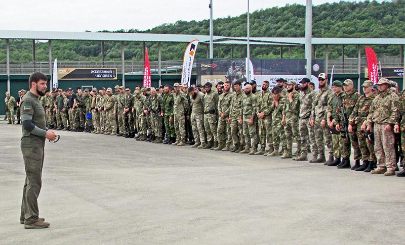Помощник главы Чечни по силовому блоку Даниил Мартынов (слева) приветствует участников соревнований.