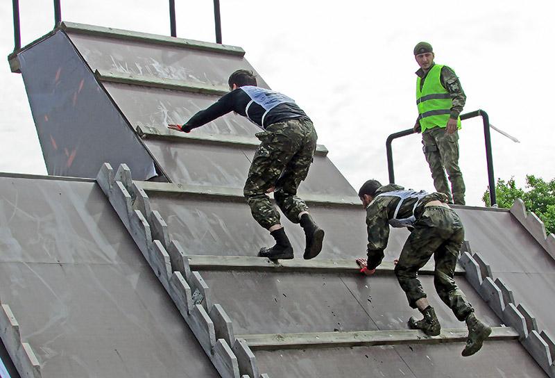 Обратная сторона «Бездны»: спецназовцы взбираются на шестиметровый трамплин, чтобы прыгнуть в бассейн.