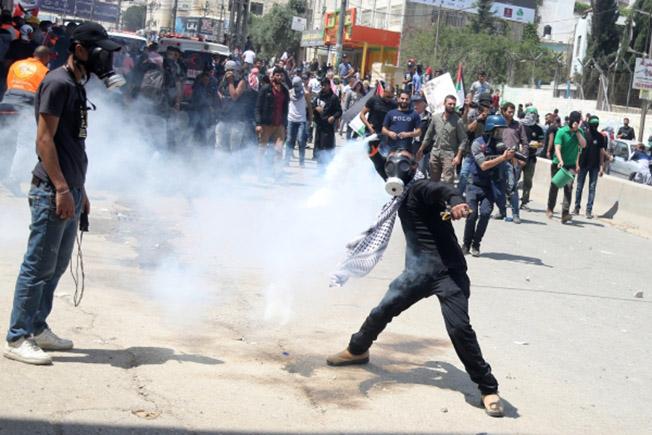 Участники протестов в Палестине против переноса посольства США из Тель-Авива в Иерусалим.