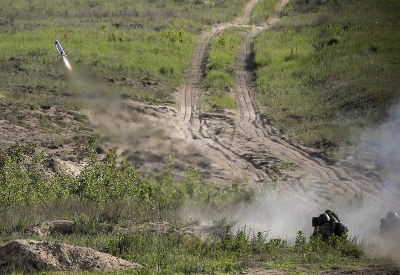 Первые испытания вооруженными силами Украины (ВСУ) противотанкового ракетного комплекса Javelin.