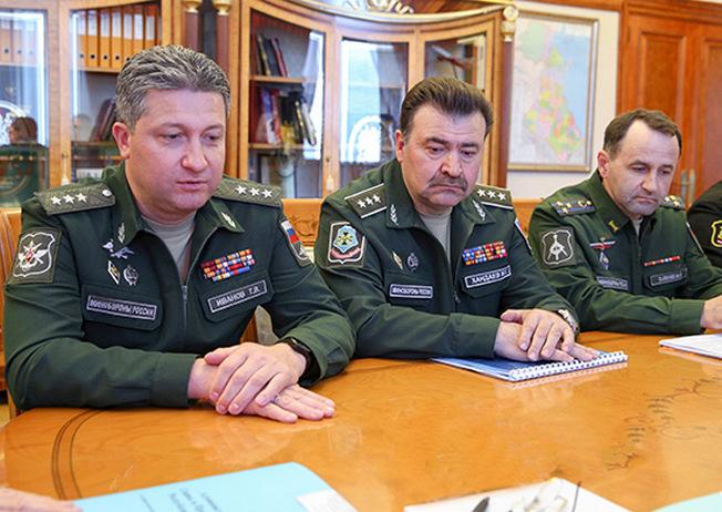 Заместитель министра обороны России Тимур Иванов (слева) в ходе рабочей поездки в Дагестан.