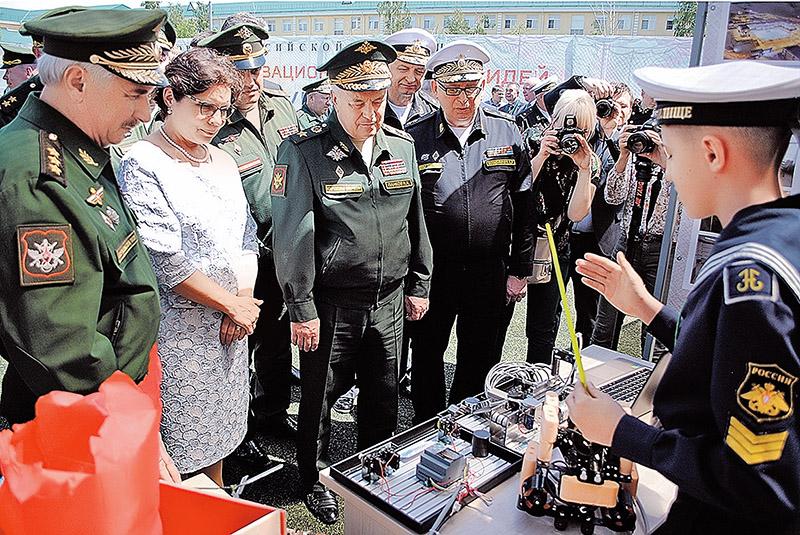 Юные изобретатели показывают свои разработки высшему генералитету наших Вооруженных сил.