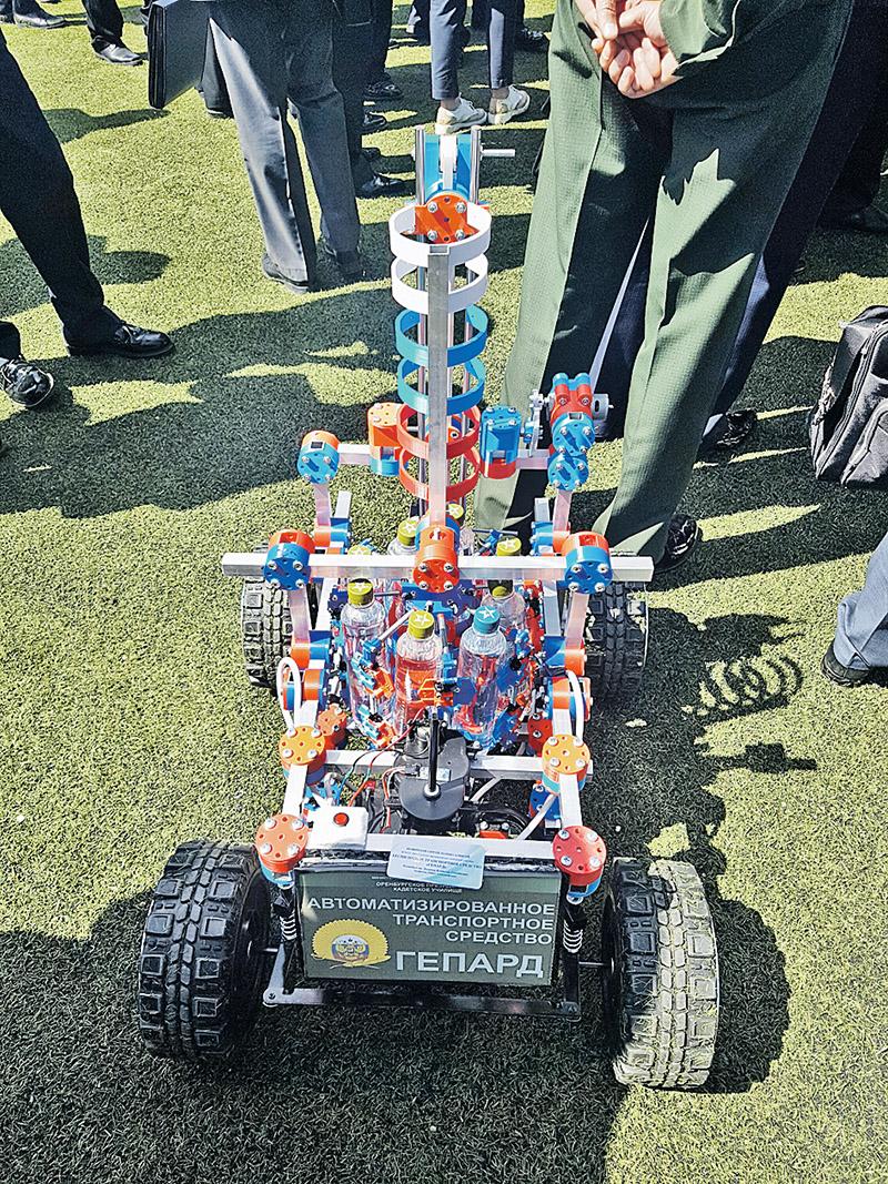 Этот робот пока способен перевозить лишь бутылки с водой. Но кадеты-изобретатели уверены, что их машина сможет доставлять боеприпасы на поле боя.