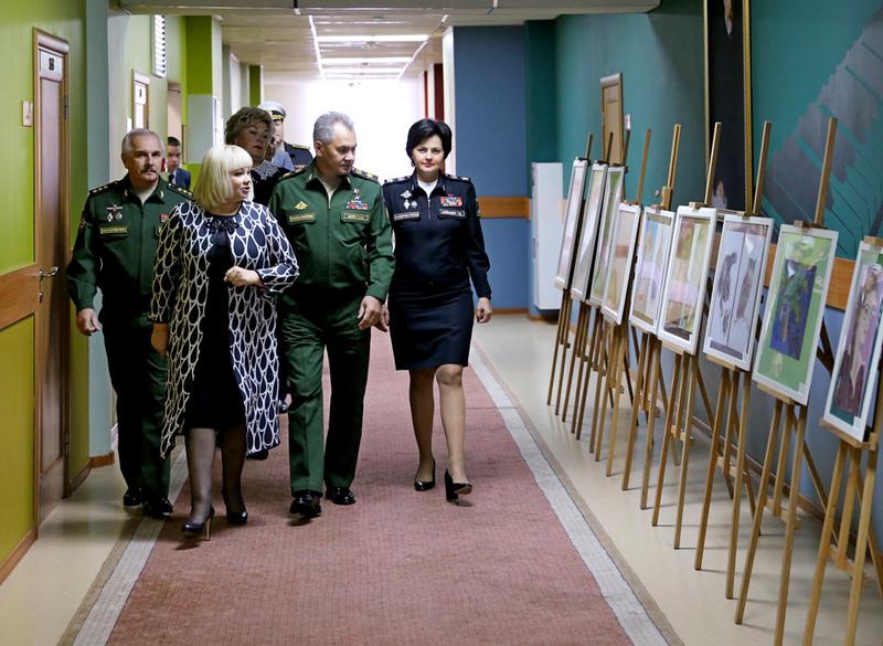 Министру обороны России показывают художественные работы воспитанниц.