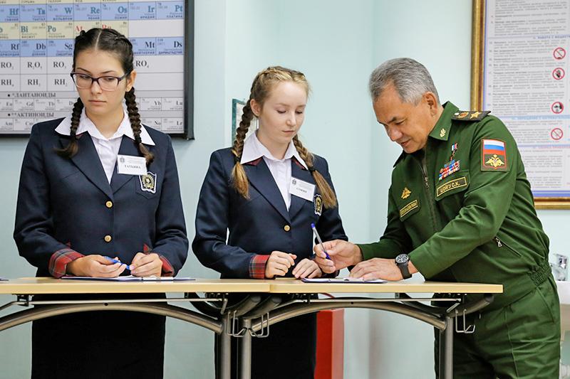 Министр обороны России генерал армии Сергей Шойгу с воспитанницами Пансиона.