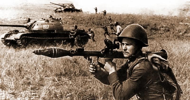 Ручной противотанковый гранатомет РПГ-7 в Советской армии.