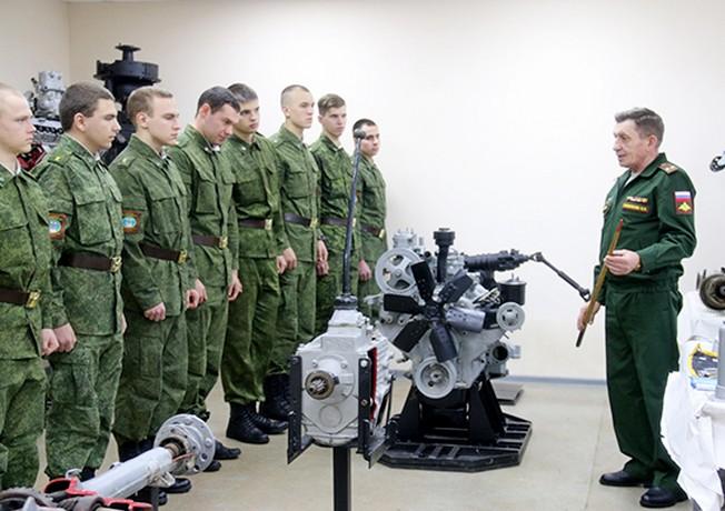 Военнослужащие инженерного соединения ЮВО провели мастер-класс для студентов военной кафедры Донского госуниверситета.