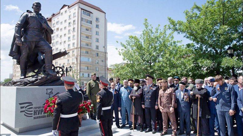 Открытие в центре Грозного памятника Герою Советского Союза Ханпаше Нурадилову.