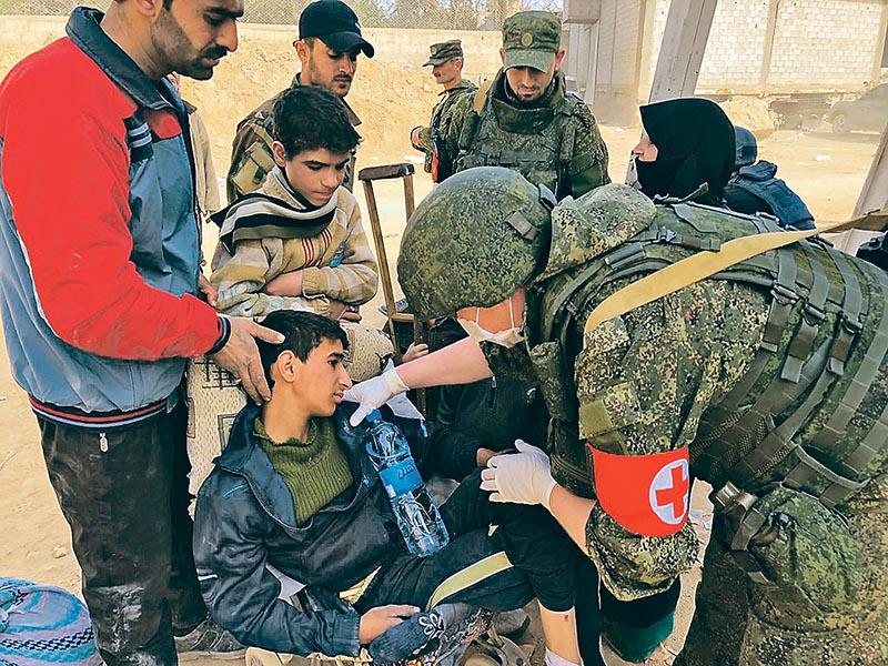Оказание помощи молодому сирийцу в полевых условиях.