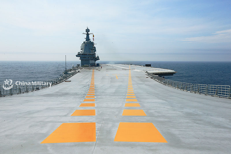 Длина авианосца - 315 метров.
