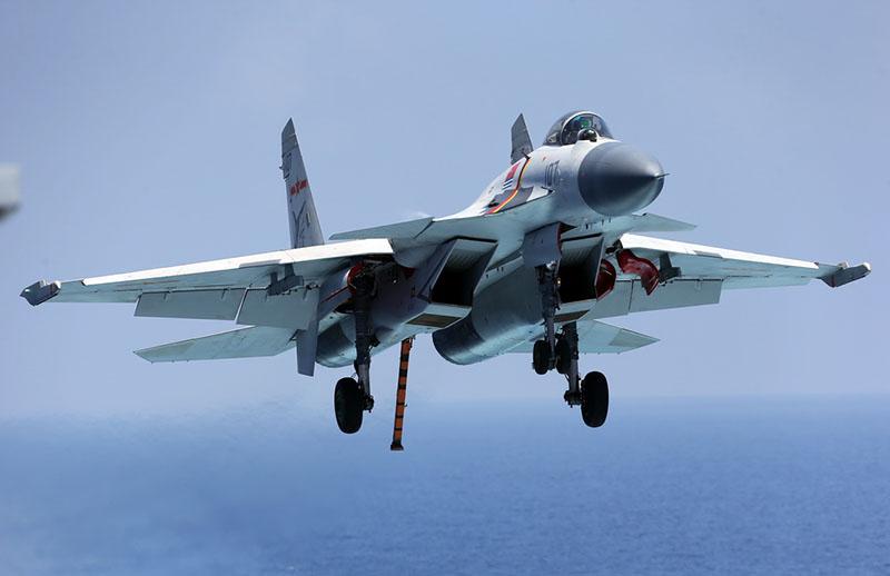 Истребитель J-15.