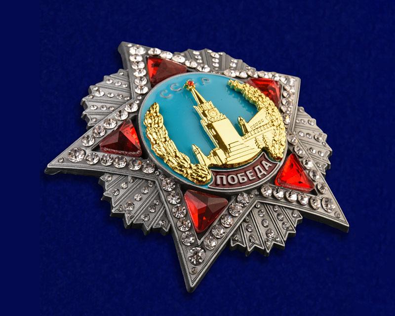 Пятиконечная рубиновая звезда, окаймленная бриллиантами.