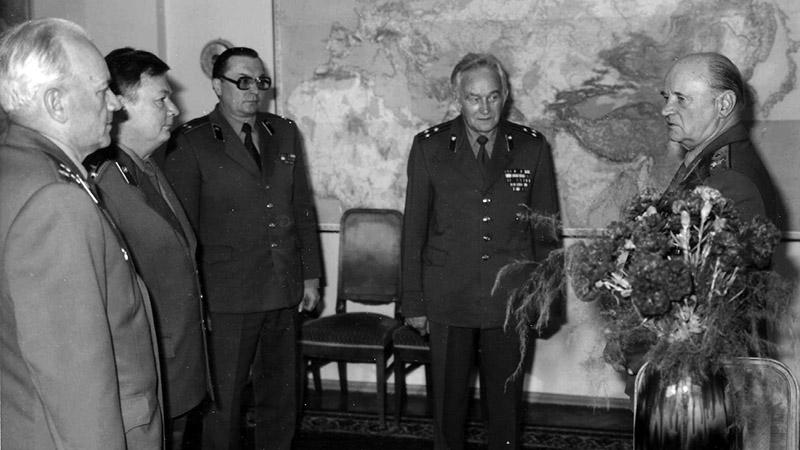 Генерал армии Ивашутин с сотрудниками.