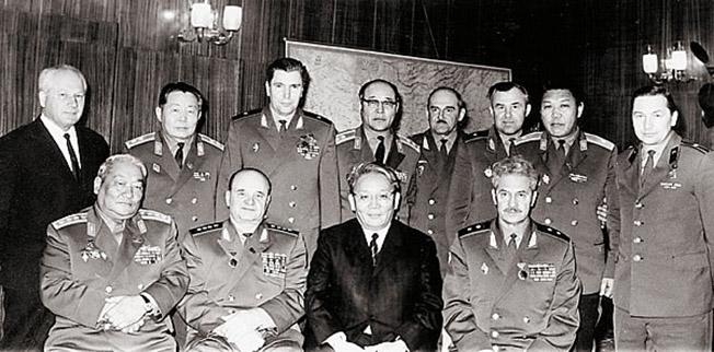 Генерал армии Ивашутин (сидит второй слева) с делегацией коллег из МНР.