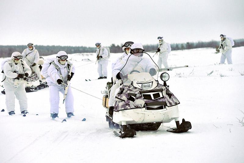 Спецназ умеет воевать на снегоходах.