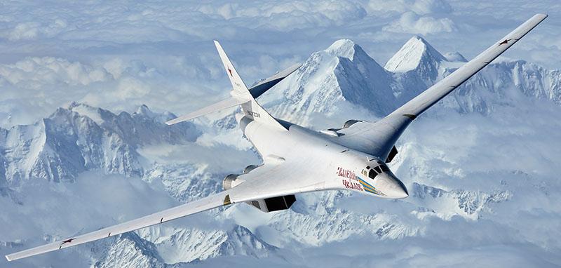 Cтратегический бомбардировщик-ракетоносец Ту-160.