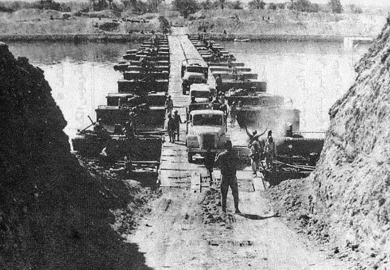 Египетские войска форсируют Суэцкий канал.