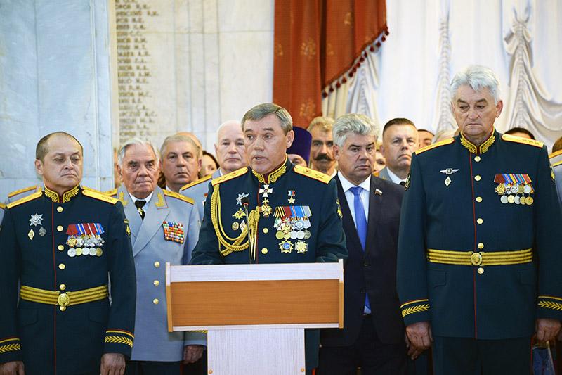 Начальник Генерального штаба ВС РФ генерал армии Валерий Герасимов поздравил выпускников Военной академии Генерального штаба Вооруженных сил РФ с ее окончанием.