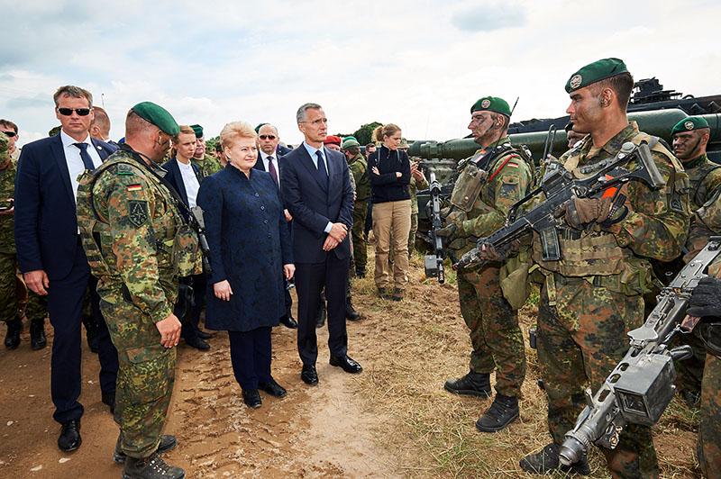 Президент Литвы Даля Грибаускайте и генсек Североатлантического альянса Йенс Столтенберг встречаются с военными во время учений НАТО.