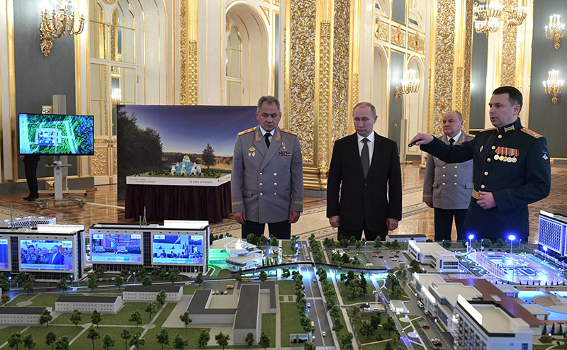 Президент РФ В.Путин и министр обороны С.Шойгу у макета технополиса.