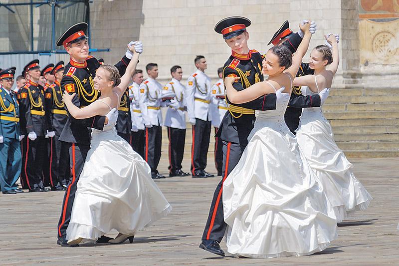 Совместный вальс суворовцев и воспитанниц пансиона стал жемчужиной выпускного торжества.