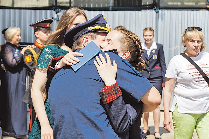 «Я это сделала, папа!». Многие воспитанницы Пансиона Минобороны - дочери офицеров из дальних гарнизонов.
