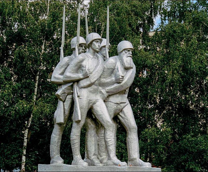 Памятник «Ополченцы» работы скульптора О.С. Кирюхина и архитектора А.П. Ершова.