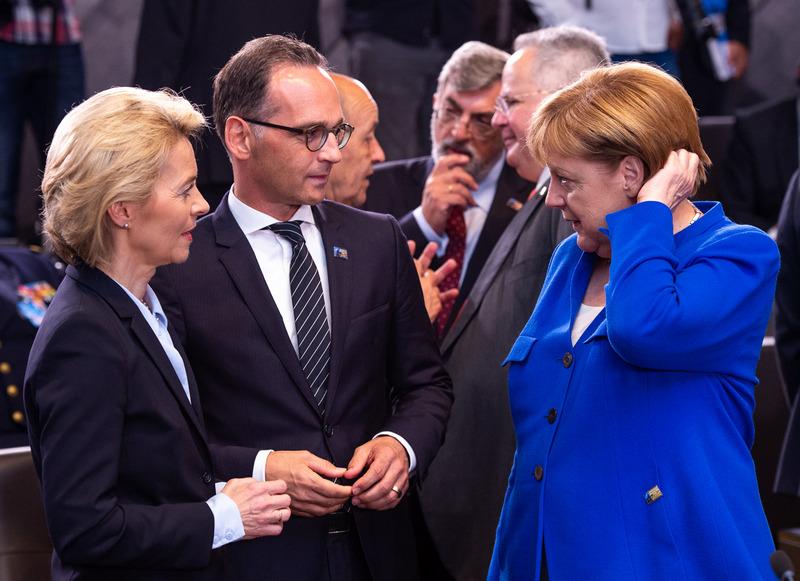 Канцлер ФРГ Ангела Меркель и министр обороны германского государства Урсула фон дер Ляйен.