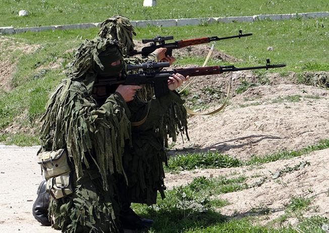 Навыки армейского спецназа по маскировке и скрытному передвижению в тылу условного противника переняла рота снайперов.