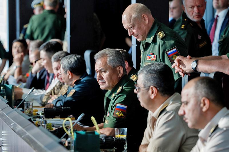 Министр обороны России генерал армии Сергей Шойгу на трибуне в 2017 году.