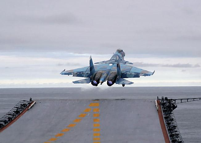 Взлет Су-33.