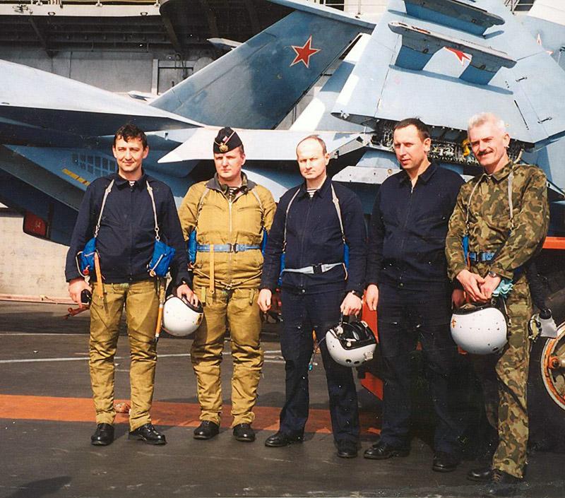 Тимур Апакидзе со своими товарищами на палубе крейсера «Адмирал Кузнецов».