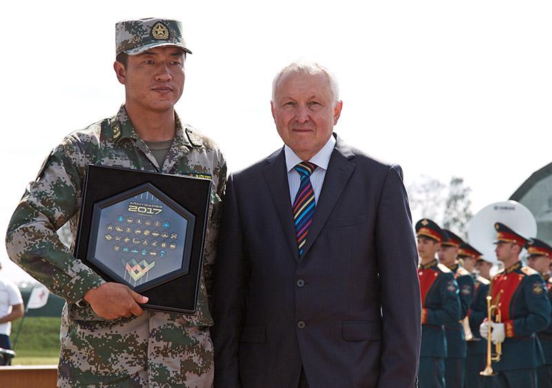 Вице-президент Международной общественной организации «Федерация танкового биатлона», полковник в отставке Александр Куликов с представителем команды армии КНР.