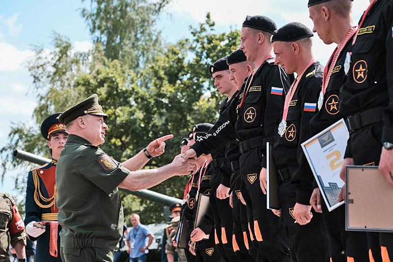 Главнокомандующий Сухопутными войсками, генерал-полковник О.Салюков нагрждает экипаж А.Демьянова.