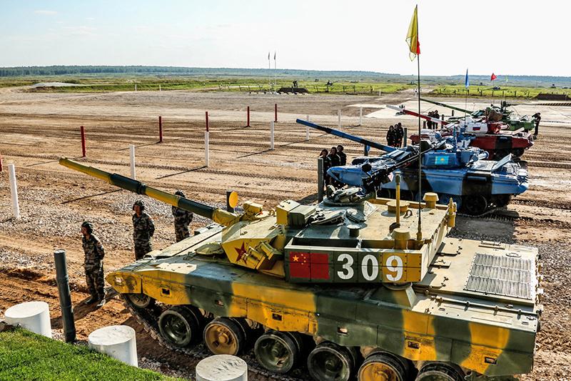 Китайский танк Type-96 и танки Т-72Б3 российского производства на старте.