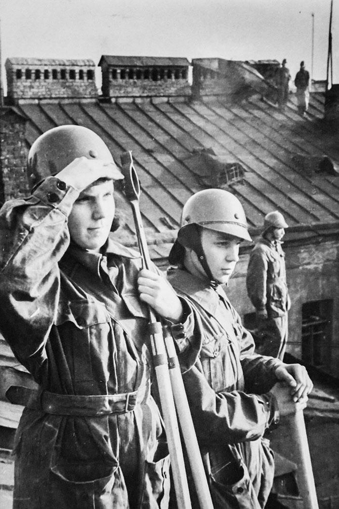 Бойцы местной противовоздушной обороны (МПВО), дежурят на крыше своего дома.