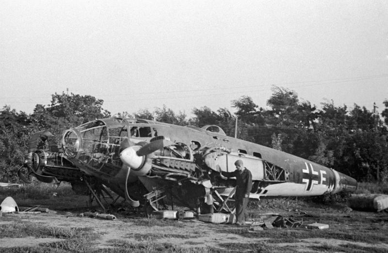 Сбитый немецкий бомбардировщик «Хейнкель» He-111.