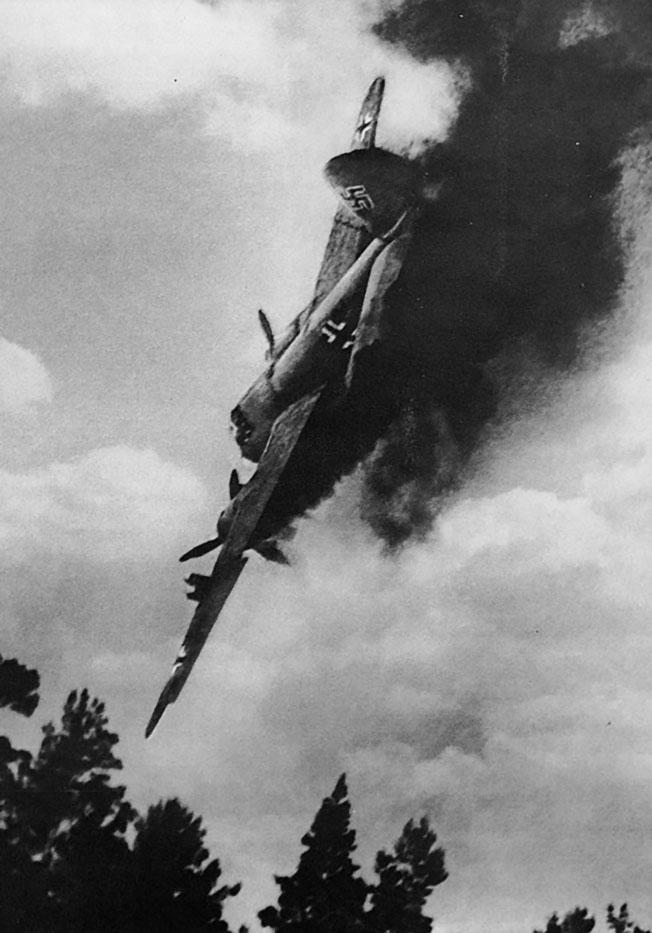 Сбитый немецкий бомбардировщик Ю-88.