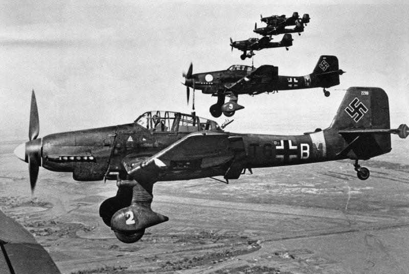 Немецкие пикирующие бомбардировщики Юнкерс Ю-87 летят на Москву.