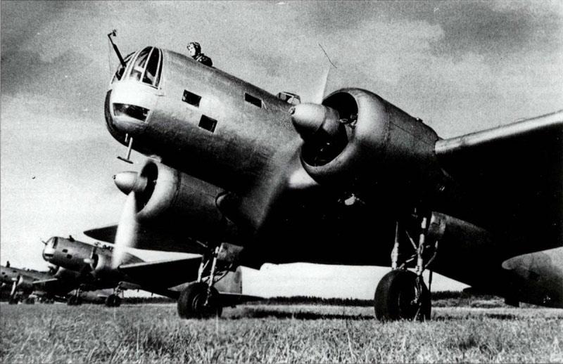 Эскадрилья советских бомбардировщиков ДБ-3А готовится к вылету.