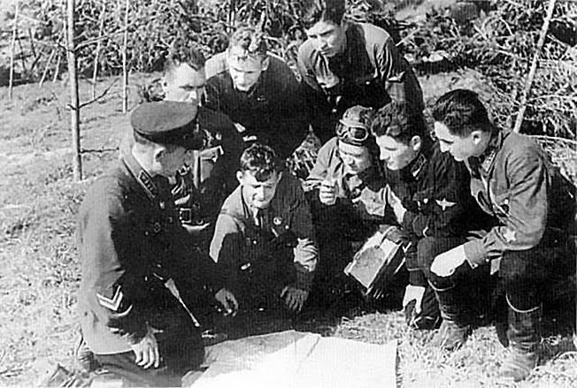 Летчики 11-го иап получают задачу на штурмовку войск противника. Аэродром Кубинка, октябрь 1941 г. Слева - командир полка г.А.Когрушев, в центре у карты - К.Н.Титенков.
