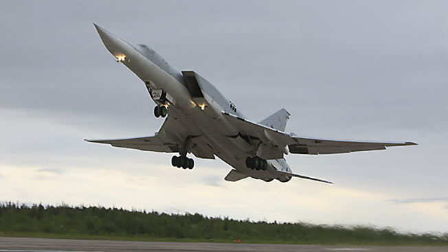 Перехватчик МиГ-31 и бомбардировщик Ту-22М3 вооружились «Кинжалами»