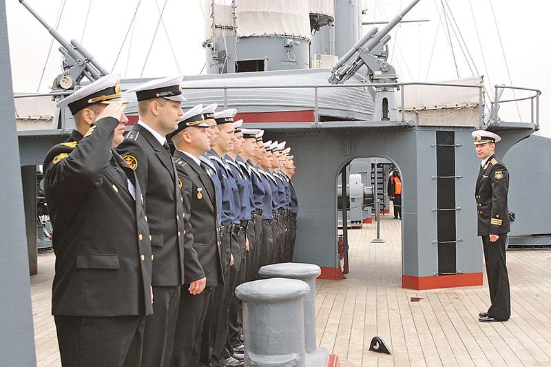 Попасть служить на легендарный корабль непросто. Сюда отбирают так же строго, как в Президентский полк. Причем местных - из Питера - не берут.